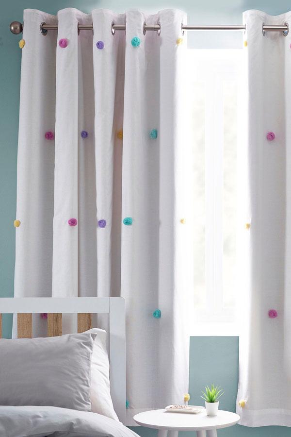 a room with Pom-Pom-curtains