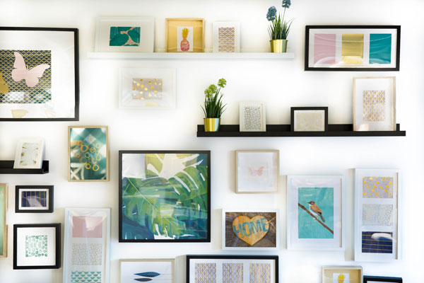 Arrangement-of-various-photo-frame-designs-for-bedroom