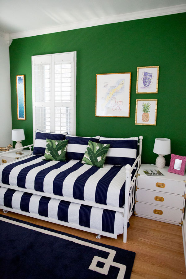 Combining-light-green-walls-and-elements-in-dark-blue-and-white-between-them
