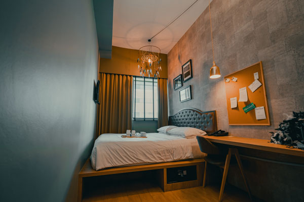 Place-the-bed-in-the-corner-of-the-bedroom