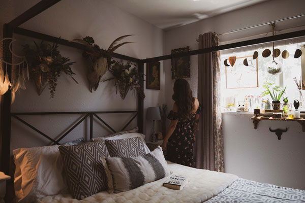 bedroom-with-flower-wall-decoration